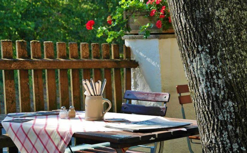 Décoration de jardin : le choix de la table