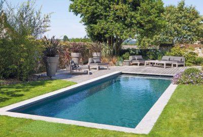 Une piscine dans un jardin