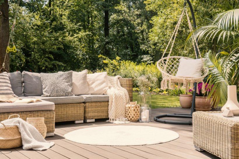 Une terrasse avec un salon