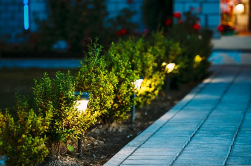 spot LED à piquer allée de jardin